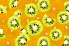 Många skivor av kiwi och orange frukt, nya kiwier och oran Arkivbild