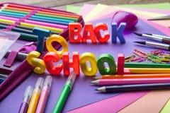 Många skolar brevpapper i en hög i mitt av tillbaka till skolaundertexter Fotografering för Bildbyråer