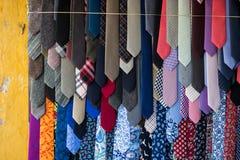 Många slipsar som är till salu på gatan i Hoi An, Vietnam Arkivbild