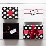 Många slogg in beautifully gåvor för för svart, röda och vita jul Royaltyfri Bild