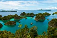 Många små gröna öar som tillhör den Fam ön arkivfoton