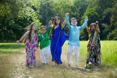 Många småbarn, pojkar och flickor som är iklädda kläderen arkivfoton
