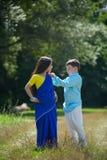 Många småbarn, pojkar och flickor som är iklädda kläderen royaltyfri foto