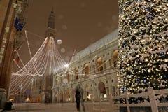Många snöflingor i den huvudsakliga fyrkanten av Vicenza City i Italien Arkivfoton