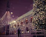 Många snöflingor i den huvudsakliga fyrkanten av Vicenza City i Italien med Royaltyfria Bilder