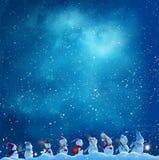 Många snögubbesnögubbear går i vinterjullandskap royaltyfri bild