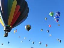 Många som flyger ballonger för varm luft arkivfoton