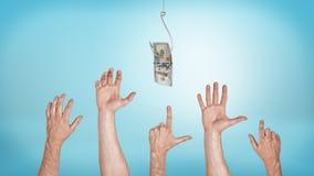 Många som pekar, gripa som hälsar manliga händer som siktar för en dollarräkning som fångas på en krok Royaltyfri Bild
