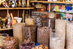 Många sort av kryddor i kryddamarknad på Souk, Dubai Arkivfoton