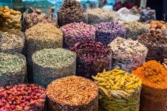 Många sort av kryddor i kryddamarknad på Souk, Dubai Royaltyfria Bilder