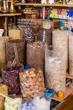 Många sort av kryddor i kryddamarknad på Souk, Dubai Royaltyfri Fotografi