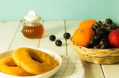 Många sorter av bröd och frukt royaltyfria bilder