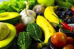 Många sorter av frukter och grönsaker arkivbilder
