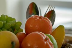 Många sorter av frukthögar med en sked och en gaffel i baksidan royaltyfri fotografi