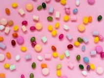 Många spridda färgrika sötsaker, godisar, klubbor, marshmallower Arkivbild