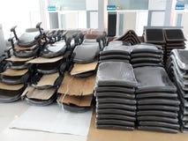 Många staplade stolar i kontorsrummet arkivfoto