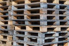 Många staplade träpaletter Arkivbilder