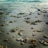 Många sten på sanden med vågor, Lipe ö Satun Thailand Royaltyfria Bilder