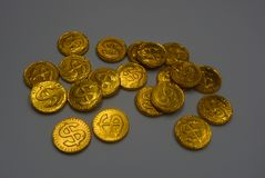 Många stora och ljusa guld- mynt, guld- pengar som lokaliseras på ett vitt bakgrundsarbete Dollar och euro i form av stort dyrt fotografering för bildbyråer