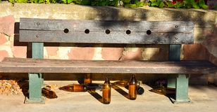 många stora orange flaskor av öl som göras av exponeringsglas som fullständigt är tomt på, parkerar tack vare något har druckit t arkivfoton