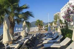 Många strandparaplyer Royaltyfria Bilder