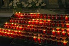 Många tända stearinljus Royaltyfri Foto