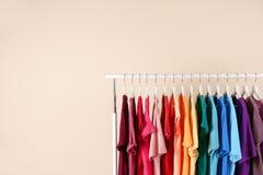 Många t-skjortor som hänger i beställning Royaltyfri Bild