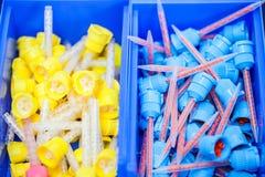 Många tand- huvud för transportör för silikongummi i lagringsask royaltyfria foton