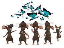 Många tecknad filmmöss som uppåt ser till fjärilar Royaltyfria Bilder