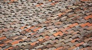 Många tegelplattor på taket arkivbild