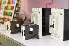Många tillbehör för säkerhetsbrytare för strömkrets för elektrisk utrustning för sort för kontrollelkraft på tabellen för industr arkivfoto