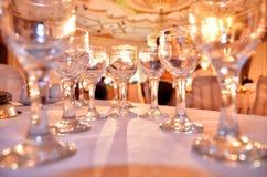 Många tomma exponeringsglas på en tabell, closeup som är nära upp av många champagneexponeringsglas på en special händelse Arkivbilder
