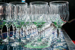 Många tomma tomma vinexponeringsglas Royaltyfri Bild
