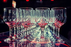 Många tomma tomma vinexponeringsglas Fotografering för Bildbyråer
