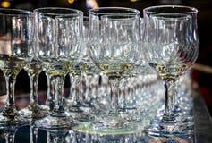 Många tomma tomma vinexponeringsglas Arkivbild