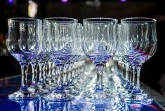 Många tomma tomma vinexponeringsglas Royaltyfria Bilder