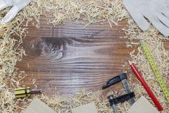 Många trätegelstenar mycket av sågspån på den gamla skrapade trätabellen, arbete bearbetar begrepp Fotografering för Bildbyråer