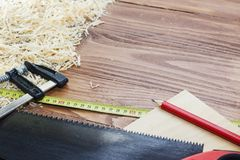 Många trätegelstenar mycket av sågspån på den gamla skrapade trätabellen, arbete bearbetar begrepp Royaltyfri Bild