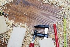 Många trätegelstenar mycket av sågspån på den gamla skrapade trätabellen, arbete bearbetar begrepp Arkivfoton