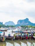 Många traditionella lopplång-svans fartyg i Thailand royaltyfri fotografi