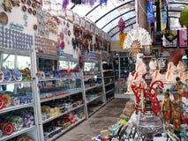 Många traditionella souvenir i turist marknadsför Royaltyfri Bild