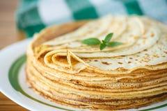 Många tunna pannkakor royaltyfri fotografi