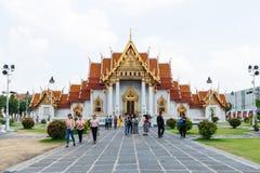Många turister besöker Wat Benchamabophit, en av Bangkok som mest härliga tempel är Wat Benchamabophit, arkivbild