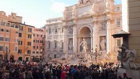 Många turister nära Trevi-springbrunnen i Rome stock video