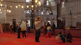 Många turister och lokaler som går runt om byggnaden och betraktar stock video