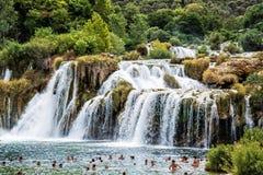 Många turister simmar i vattenfallen, Krka, Kroatien som är nat Fotografering för Bildbyråer