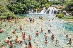 Många turister simmar i vattenfallen, Krka, Kroatien som är nat Arkivbilder