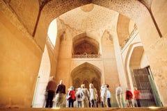 Många turister som håller ögonen på forntida inre av slotten Ali Qapu i Isfahan Arkivfoto
