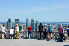 Många turister står på den Kondiaronk belvederen arkivbild