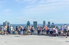 Många turister står på den Kondiaronk belvederen arkivbilder